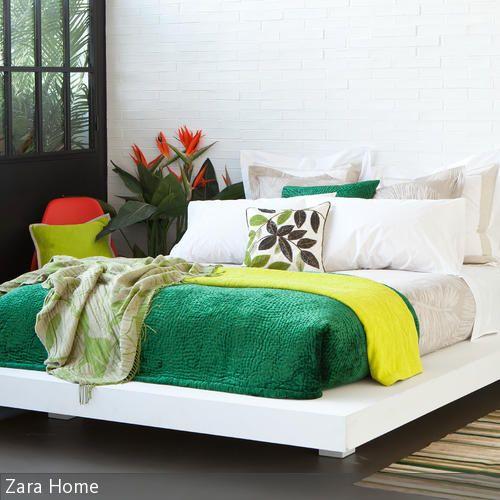 Tropische Farben vor weißer Wand in Ziegelstein-Optik Bedrooms - farben fur die wand schlafzimmer