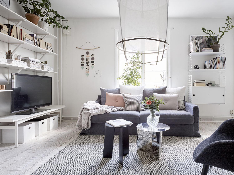 Een scandinavisch appartement met een romantische slaapkamer
