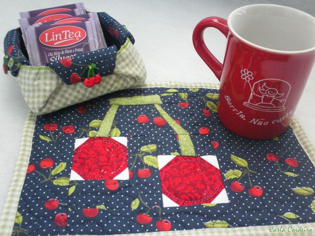 mug rug, chá & cerejas | by Calar Cordeiro via Flickr
