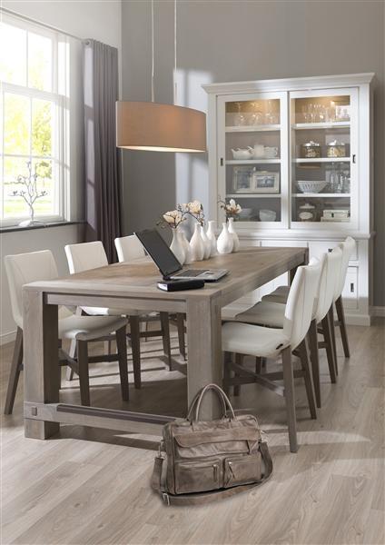 style romantique pour cette salle manger avec la table et le vaisselier madison