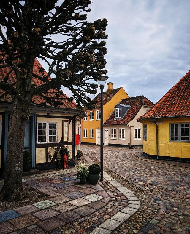 Ad/Anzeige - Odense ---- ...is full of history and beautiful houses. This corner with the famous Hans Christian Andersen House is especially beautiful. By the way can you guess which house is the birth house of H.C. Andersen? . In partnership with @visitodense . . . . . . #visitodense #odense #mitodense #odensecity #visitfyn #govisitdenmark