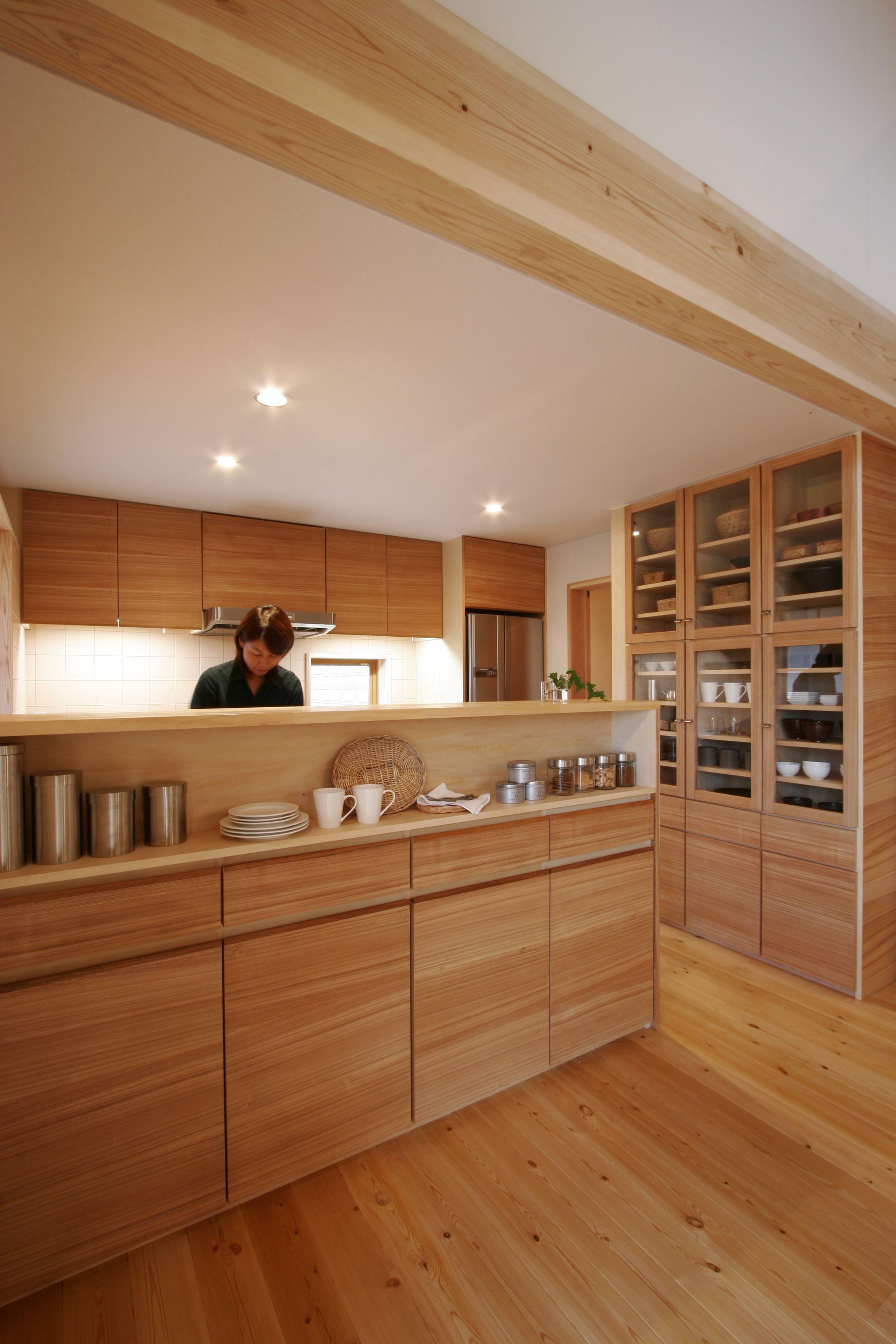 オリジナルキッチンは背面の収納にもこだわり造作 木目の美しさを活かして 造り付け家具 木製キッチン キッチン収納 キッチンカウンター インテリア キッチンカウンター下収納 家