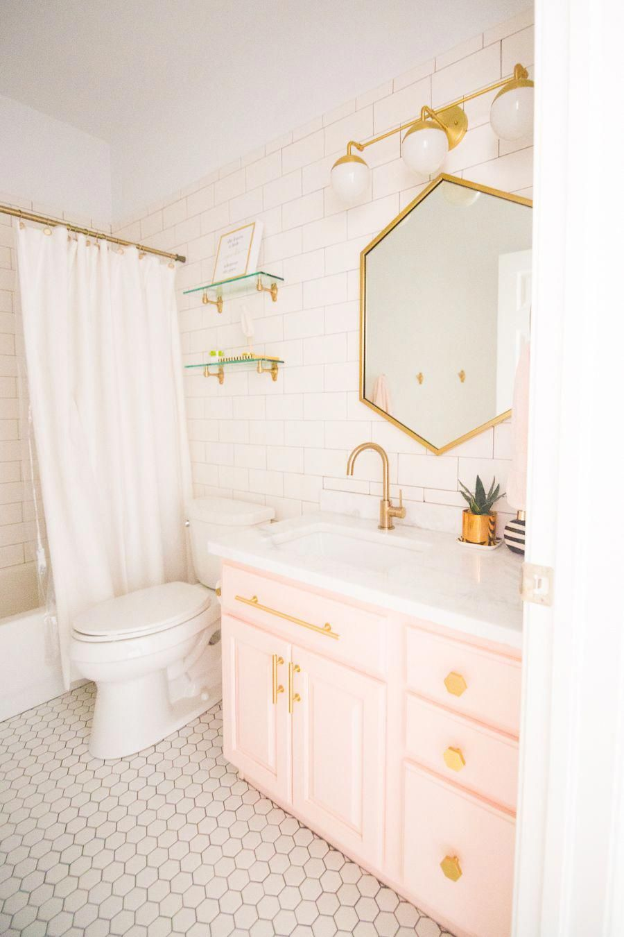 Photo of Modernes Glam Blush Girls Badezimmer Design Gold Sechseck Spiegel Blush Schränke Gold …