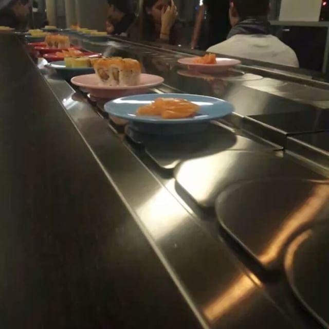 Petit Resto Japonais Au Top Le Fujiya Sushi Enfin Un Resto Avec Tapis Roulant Et Un Buffet A Volonte Japonais Restaurant Resto Entrea