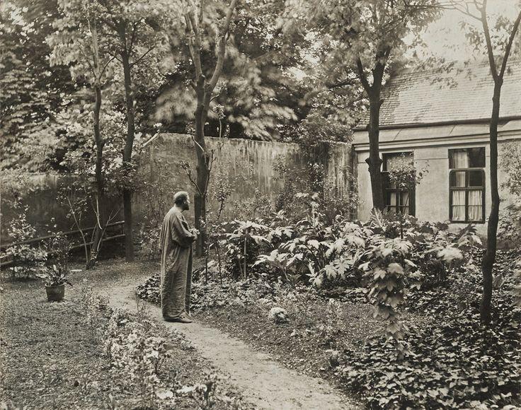 Gustav Klimt In The Garden Of His Studio In Josefstadter Strasse 1912 Photo Moritz Nahr Gustav Klimt Klimt Gustav