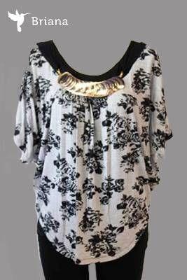 una #moderna #blusa #floreada con #collar #dorado