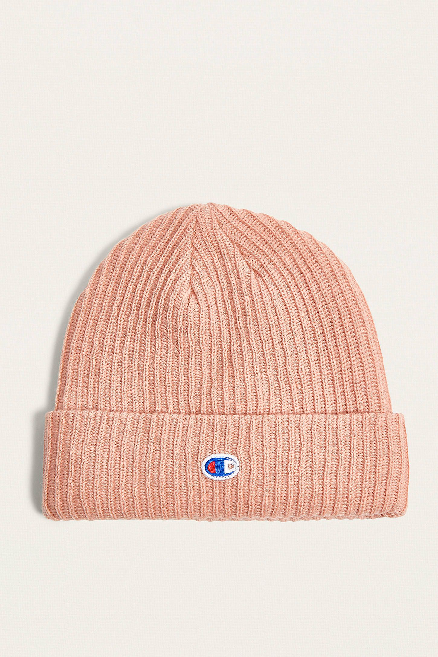 ab4de144fc792 Achetez vite Champion - Bonnet rose avec logo sur Urban Outfitters.  Choisissez parmi les derniers modèles de marque en différents coloris dans  les ...