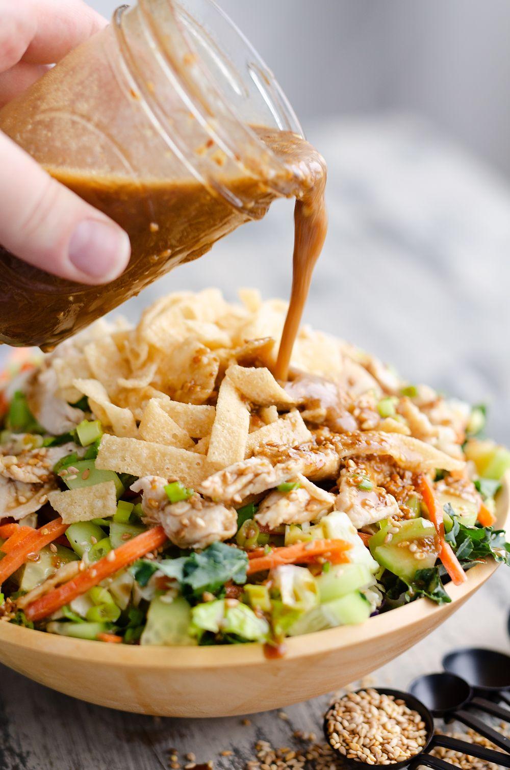 Asiatischer gerösteter Sesam-Hühnersalat mit selbst gemachter Salatsoße   – Salads