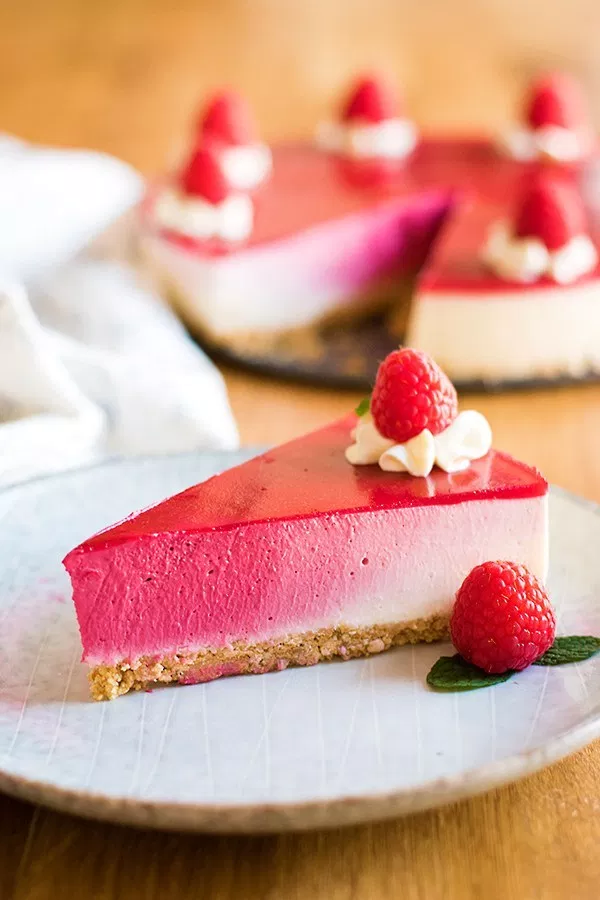 A perfect pink ombré cheesecake that doesn't require any baking! This cheesecake is colored completely naturally, with freeze dried raspberries! #freezedriedraspberries A perfect pink ombré cheesecake that doesn't require any baking! This cheesecake is colored completely naturally, with freeze dried raspberries! #freezedriedstrawberries A perfect pink ombré cheesecake that doesn't require any baking! This cheesecake is colored completely naturally, with freeze dried raspberries! #freezedriedr #freezedriedraspberries