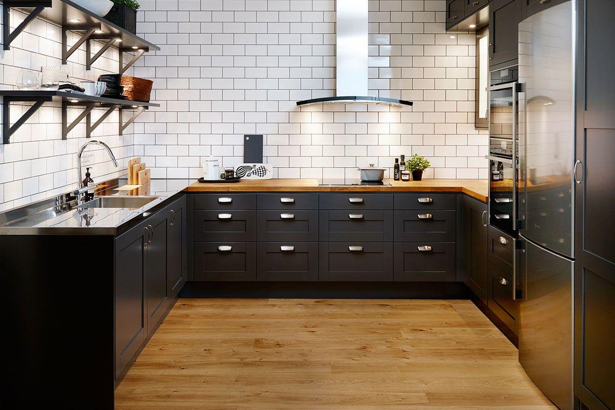 Stilrent kök från Ballingslöv med vita luckor, svart bänkskiva i ...