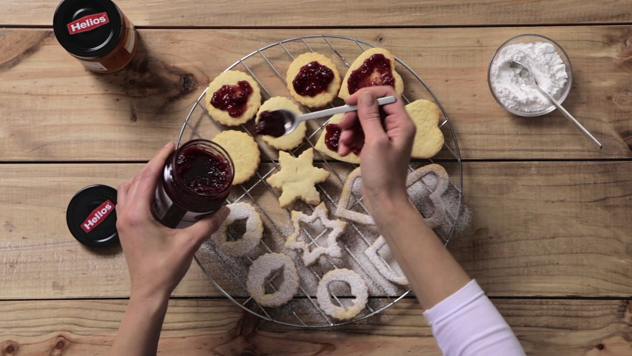 En las galletas que están enteras, echamos Mermelada de Fresa Helios Fusión. Sólo nos queda juntar las dos partes y listas.