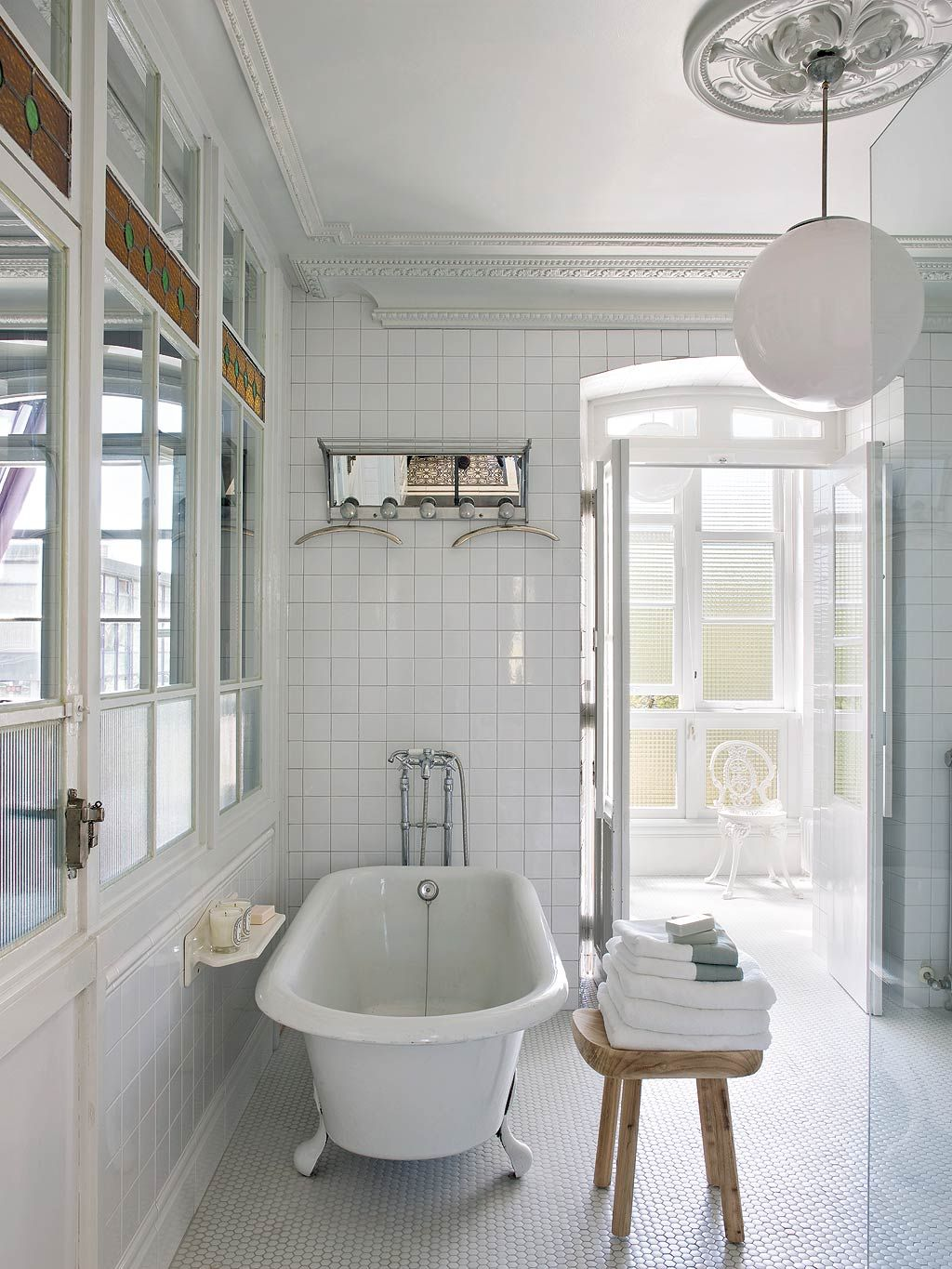 Modern Colonial Bathrooms: Una Casa Con Aire Modernista