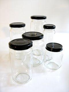 Potes de vidro com tampas pintadas de tinta spray