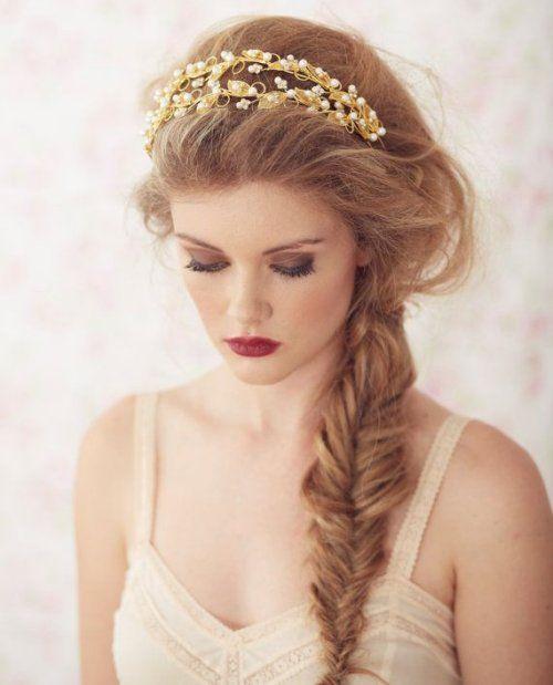 un peinado romantico semi recogido con trenza de espina de pescado deshecha y una cinta de
