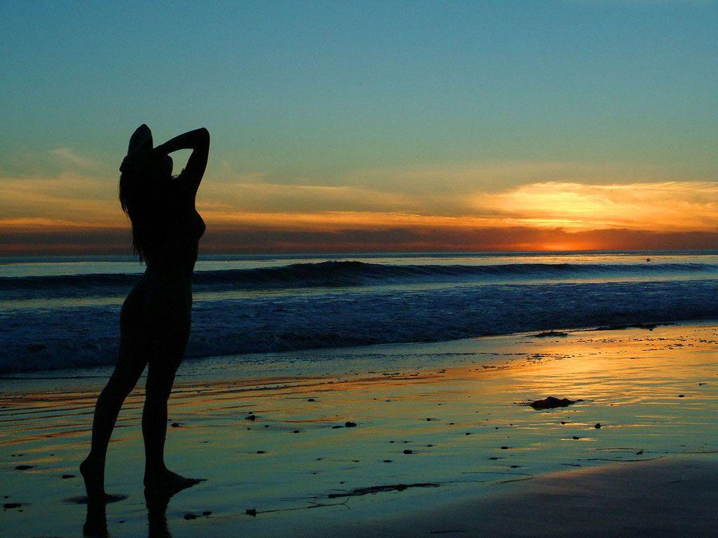 Resultado de imagem para mulher morena na praia
