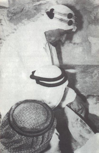 هذه الحكاية والصور نشرها الدكتور محمد عبده يماني رحمه الله يقول أبلغ الملك سعود بن عبد العزيز رحمه الله من قبل سادن البيت وشيخ الأغوات و Painting History Art