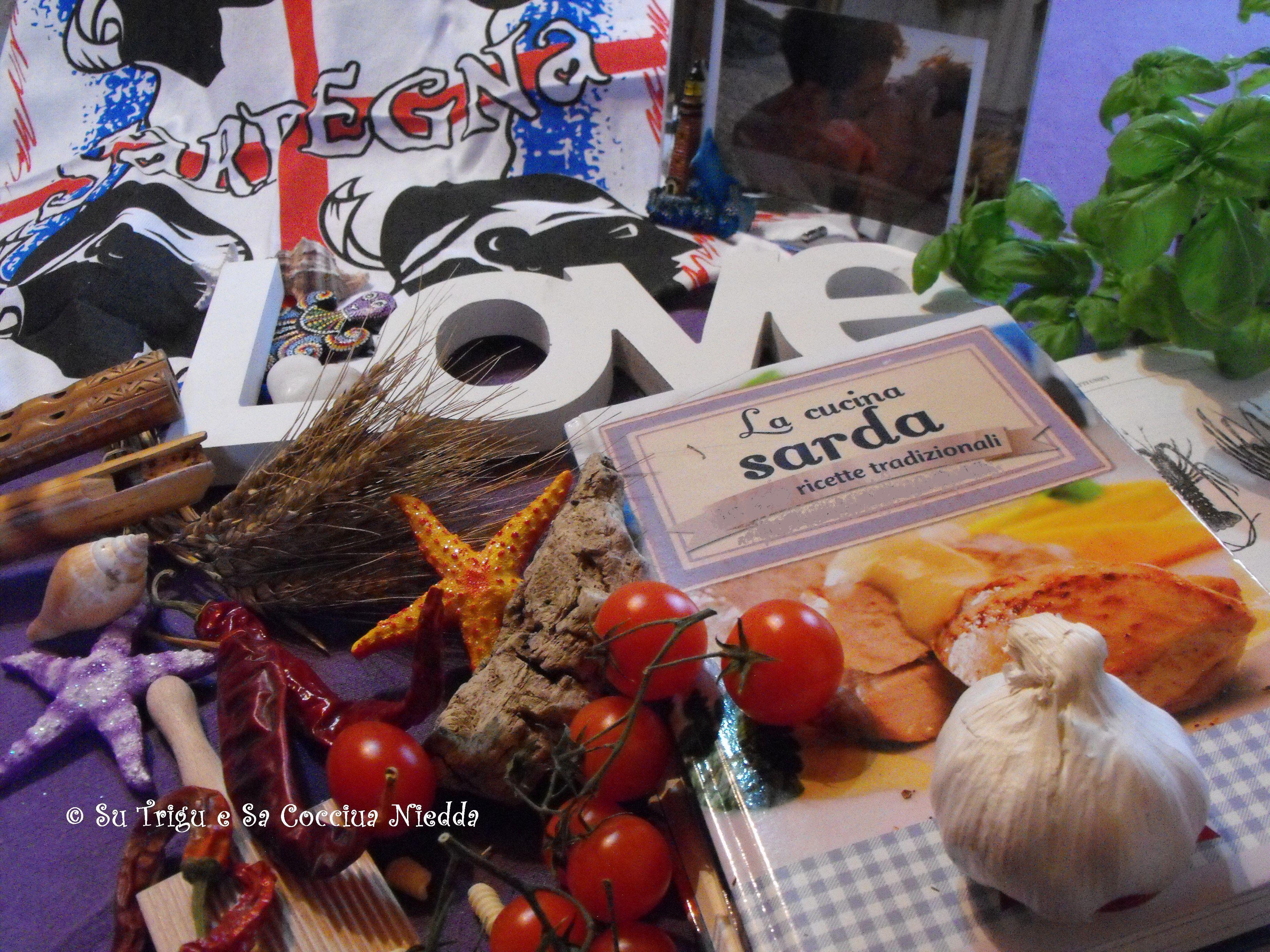 tante prelibatezze sarde, ricordi del mare, una boccetta di sabbia, e un prezioso ricettario sardo fra le stelle marine, i pomodorini, le mandorle e i malloreddos; launeddad e amore per noi, per la Sardegna, per la buona cucina e le sue tradizioni