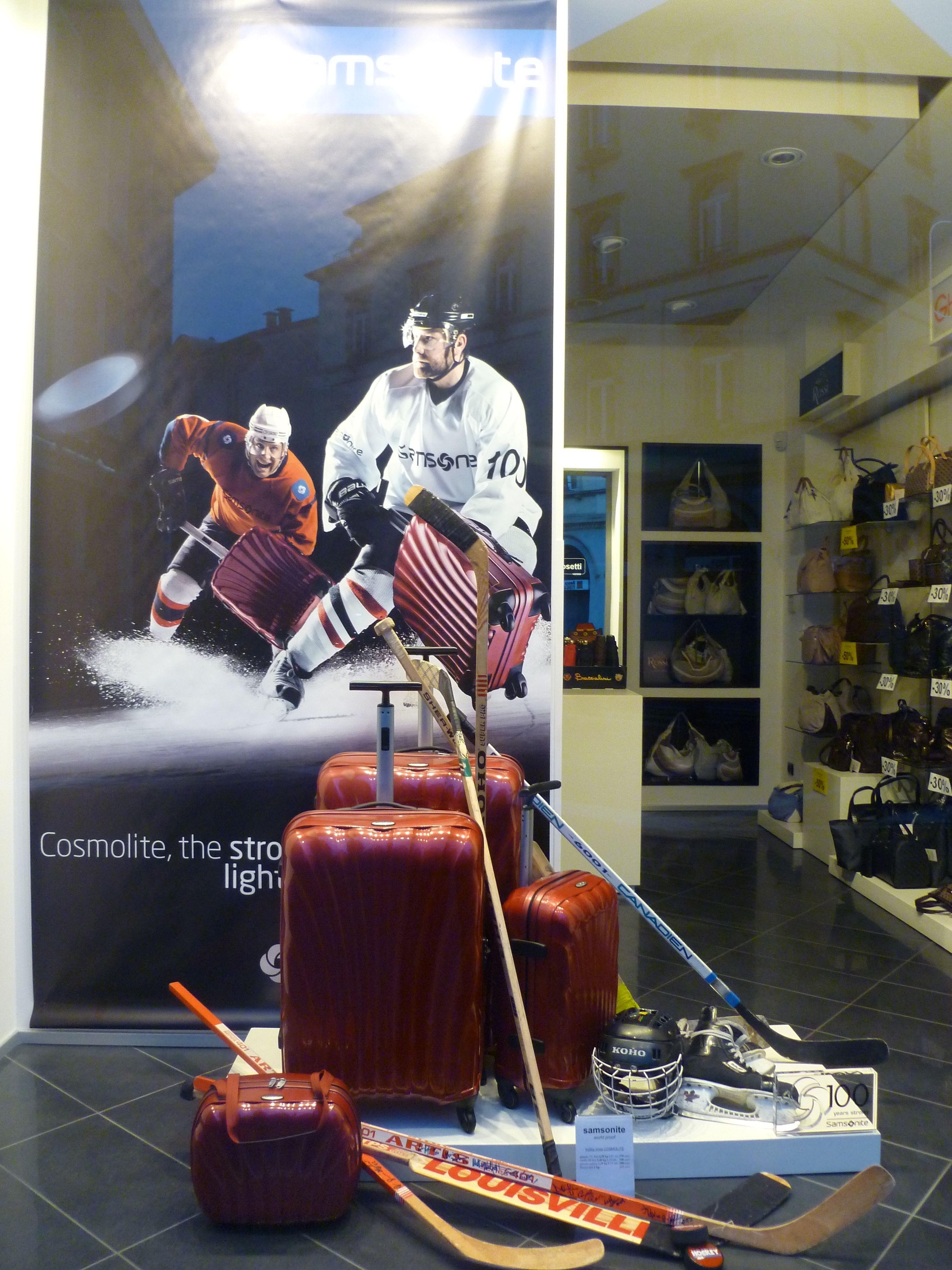 #valigeriaambrosetti è travel partner di #Samsonite. Che ne dite di questa vetrina? Il rude gioco dell'hockey si presta a testare la resistenza dei trolley #Cosmolite?