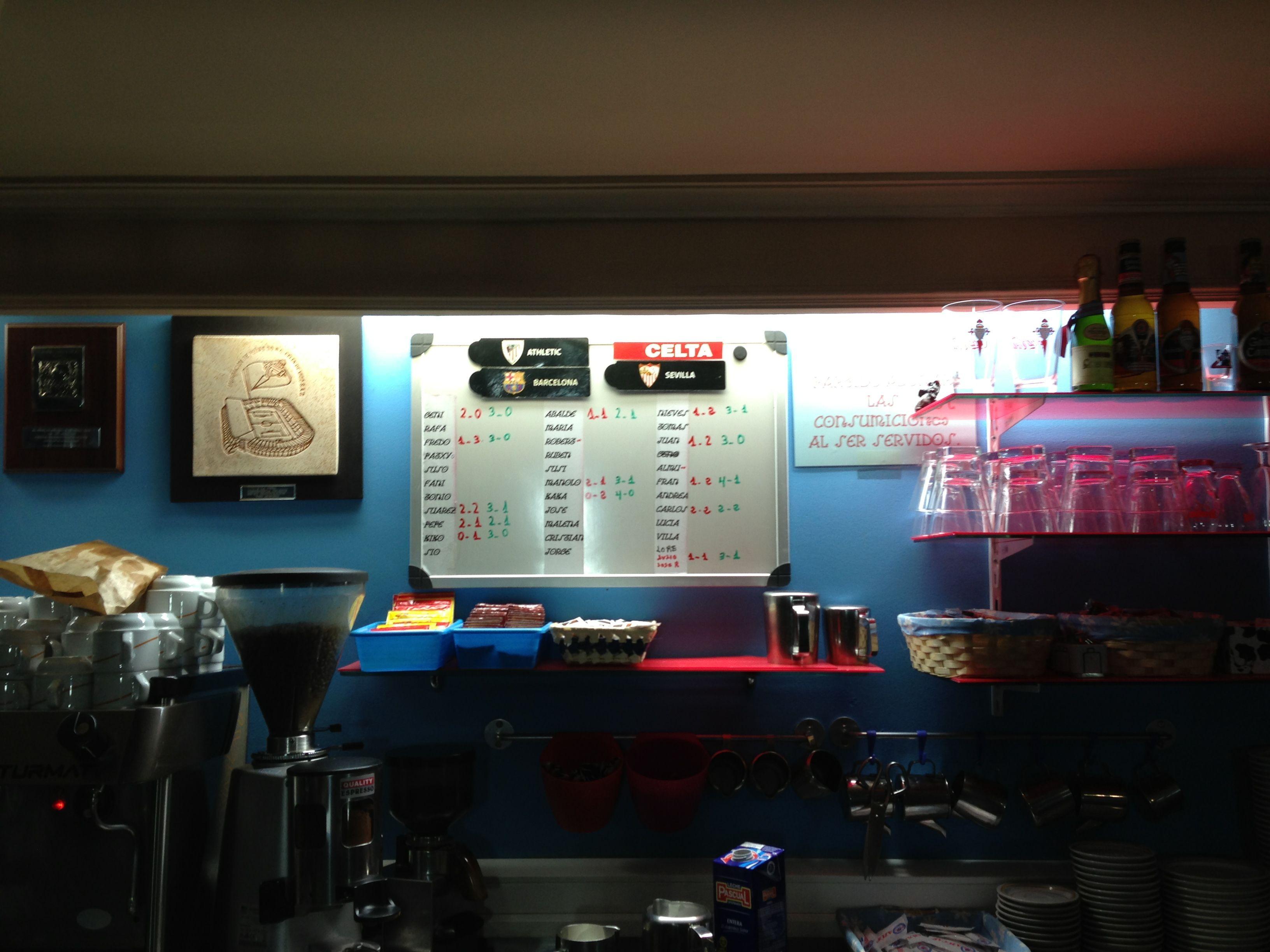 Imagen de la tipica Porra de fútbol en una cafeteria