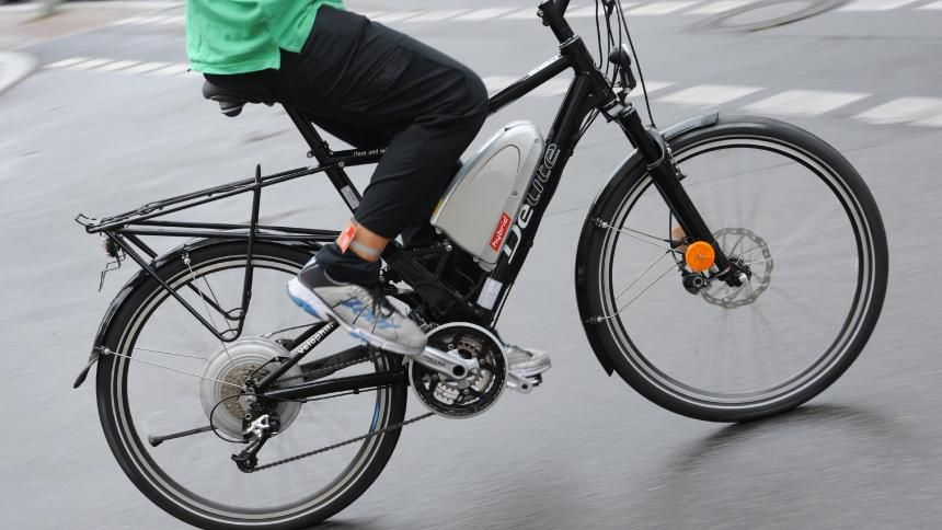 Pedelecs Immer Mehr Schwere Unfalle Mit E Bikes Spiegel Online Auto Fahrrad Unfall Fahrradversicherung