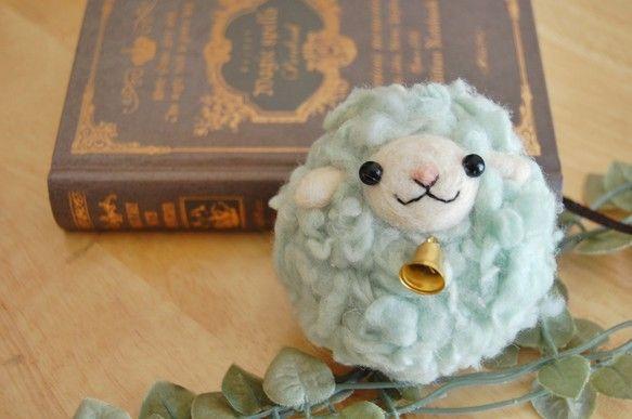 にじいろたまごの羊毛フェルト作品をご覧いただきありがとうございます。ふわふわモコモコな羊毛を使って制作したひつじのマスコットです。【ポイント】モコモコな毛はひ...|ハンドメイド、手作り、手仕事品の通販・販売・購入ならCreema。