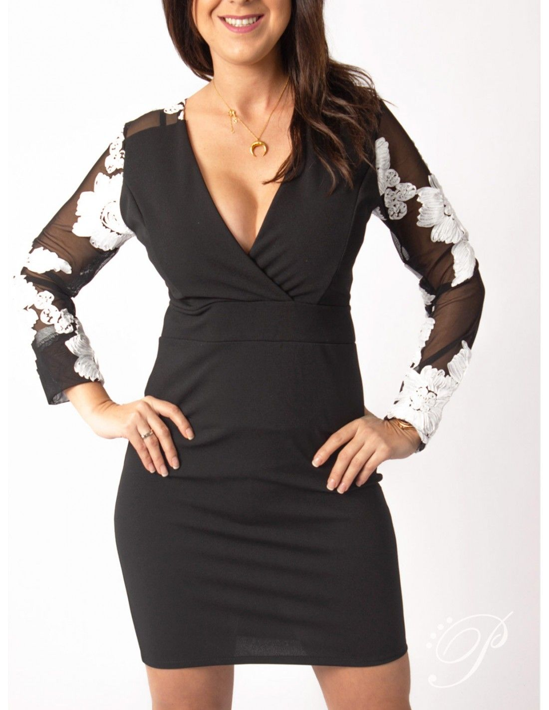 d0a7c4b5bbf9e Vestido Alba - Vestido en negro. Escote en pico efecto cruzado. Detalle en  la