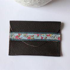Porte-monnaie en cuir noir avec sangle bleue et fleurie