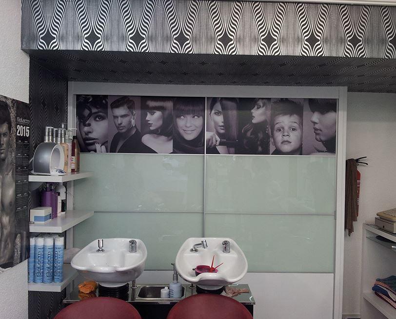 Así de elegante ha quedado el armario de A&G peluqueras, después de colocar un vinilo con impresión a alta calidad.