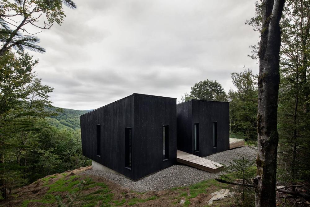 Photo of In einer minimalistischen Hütte im Wald NONAGON.style