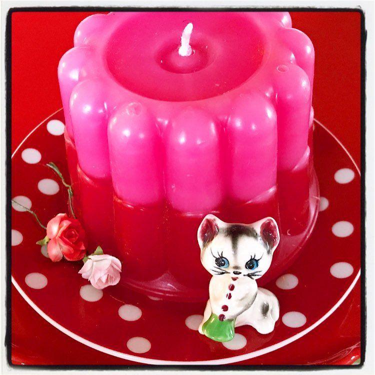 #diy #puddingvorm #kaars #roodmetwittestippen #vintagebeeldje #poesje #restjeskaars…'