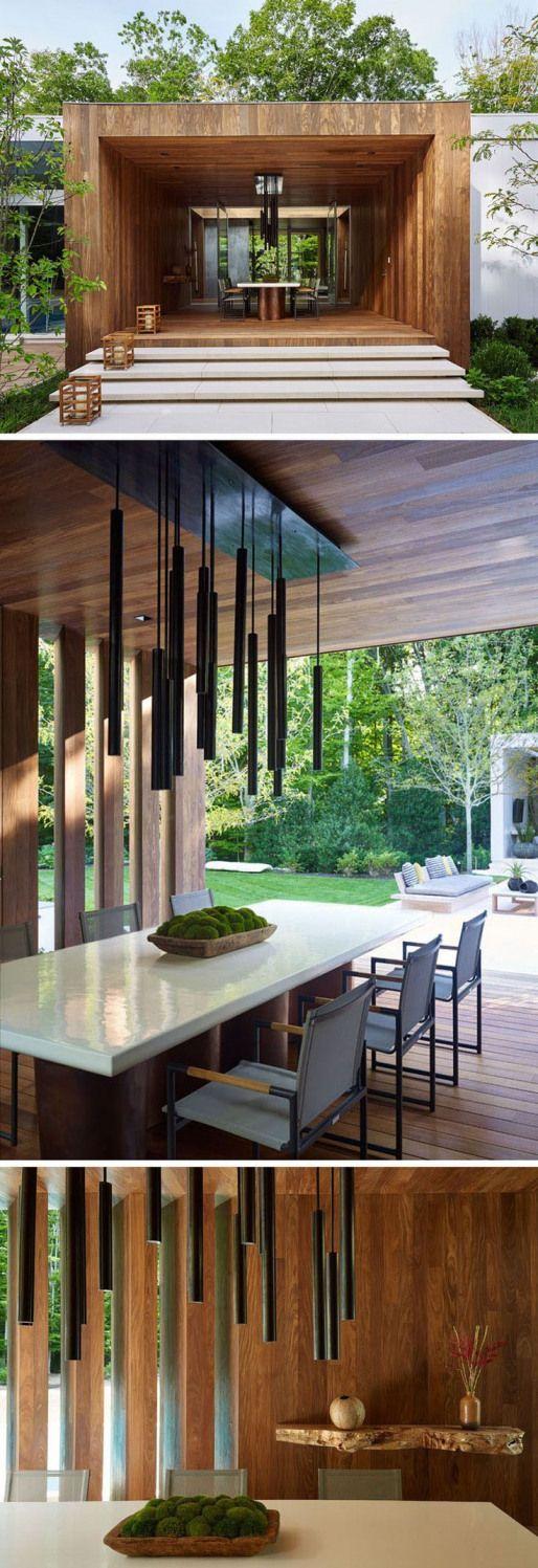 Photo of Dieses Haus verfügt über einen teilweise geschlossenen Außenbereich aus Holz, der als E …