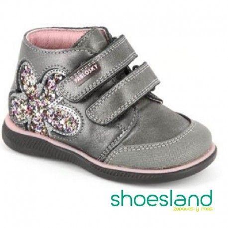 Botas de Pablosky para niñas coquetas en piel color gris con detalle de  flor lateral en glitter brillante y puntera reforzada. Cierre con velcro. 8572ea10796