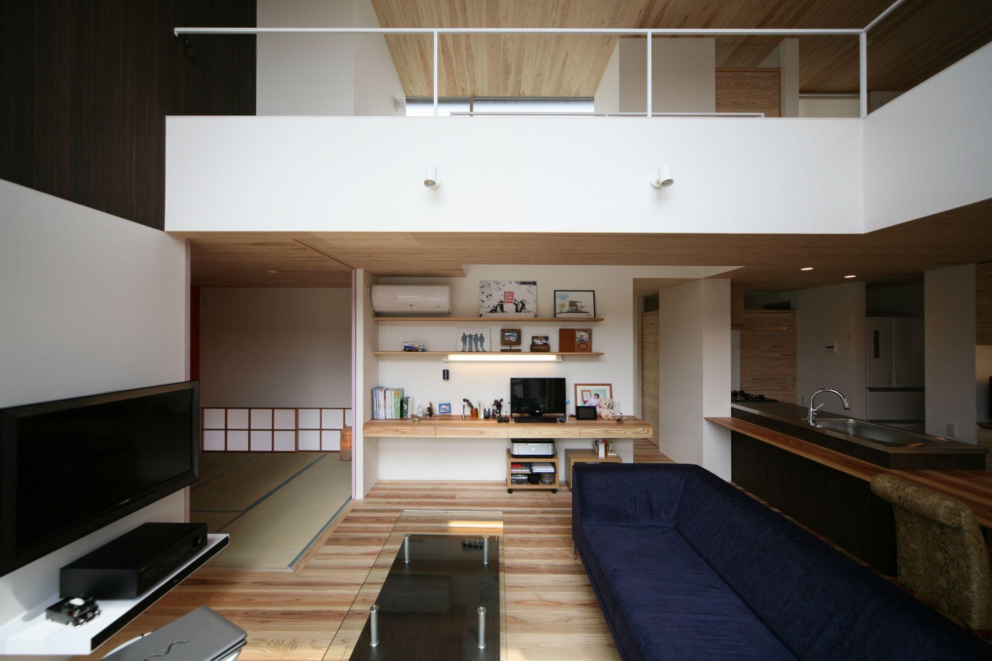 吹き抜けに見えるのは 寝室と子供室をつなぐ渡り廊下 1階と2階が