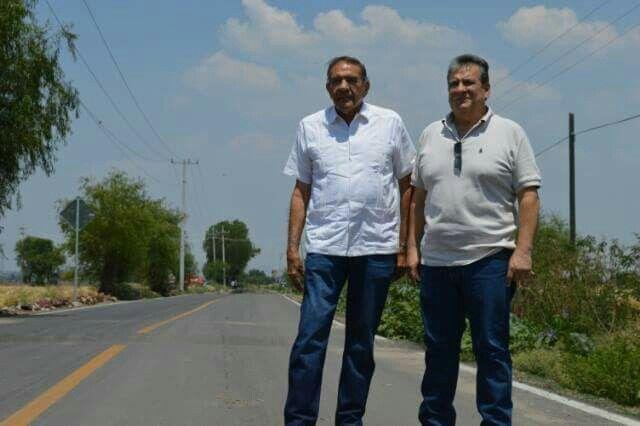 Huanimaro Gto.  Dos titanes de la política  Oscar Chacón Presidente Municipal recbió al secretario de Desarrollo Agrolimentario y  Rural del Estado de Guanajuato  Javier Usabiaga  para realizar una gira de trabajo por diversas comunidades del municipio con la finalidad de hacer la entrega de caminos rurales y apoyos para corrales ganaderos.