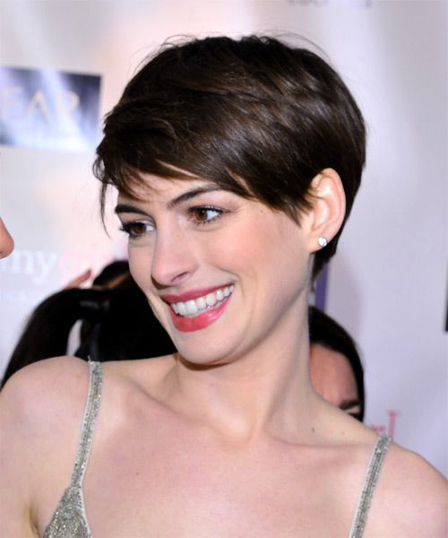 Anne Hathaway Short Straight Hairstyle with Side Swept