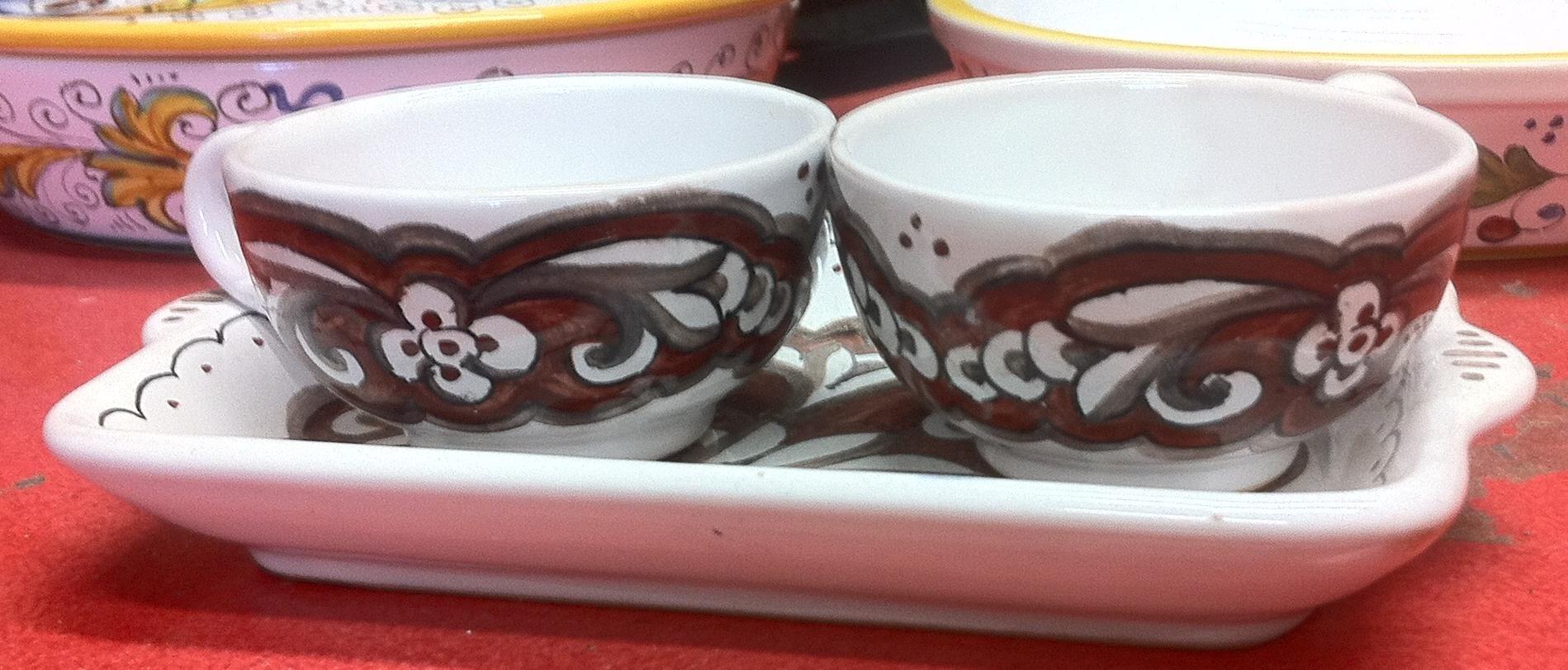 Tre elementi: 2 tazzine a coppa con base larga e un piccolo vassoio    Tutto dipinto a mano con le combinazioni floreali tradizionale delle Ceramiche di Deruta   Nella ...