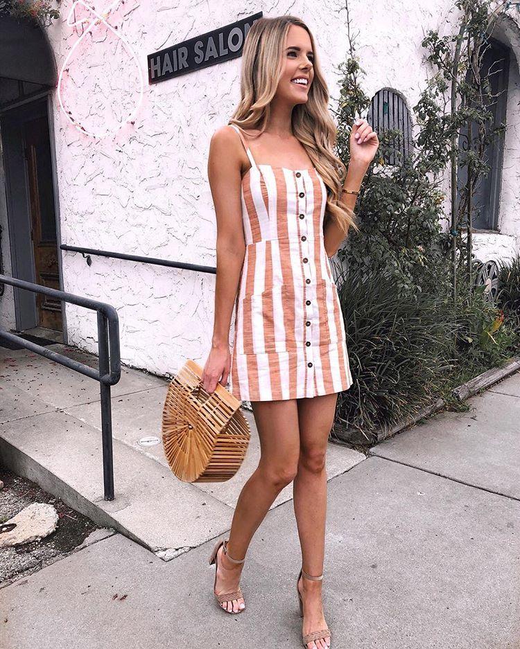 8c1b97c25 Look com cara do Verão 2019 - Vestido de linho com listras em rosa e botões  frontais + Sandália nude + Bolsa de palha
