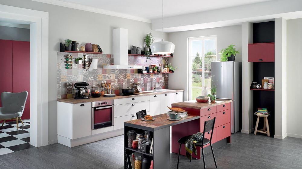 cuisine cuisinella blanche et rouge avec plan de travail en bois - plan de travail cuisine rouge