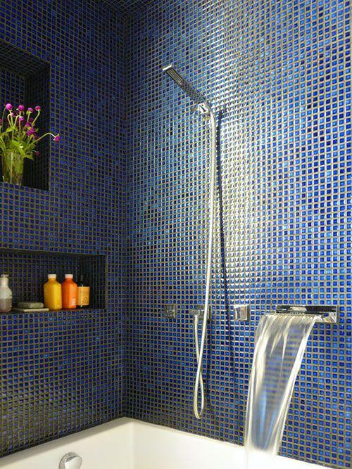 Badkamer met blauwe moza ek tegeltjes badkamer pinterest badkamer tegels en blauw - Donker mozaieken badkamer ...