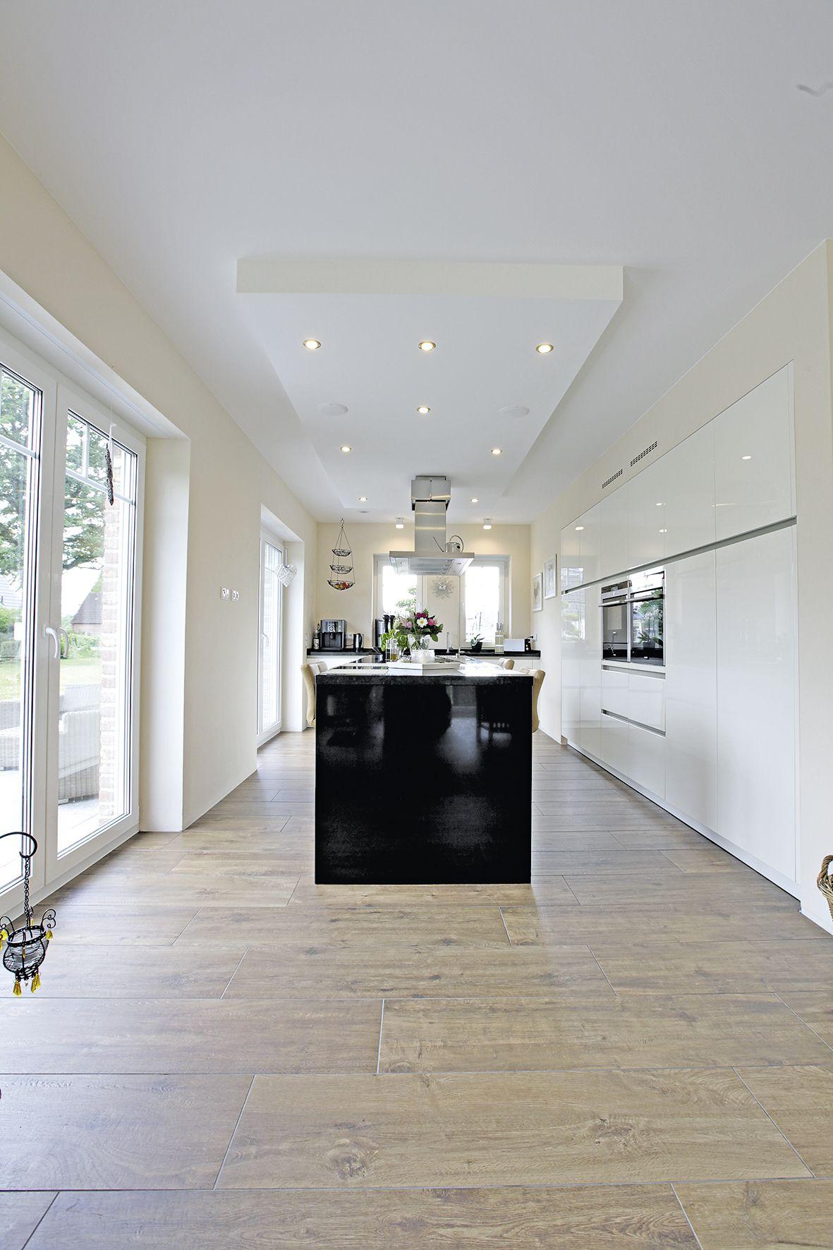In die Wand integrierte Küchenschränke, ein freistehender ...
