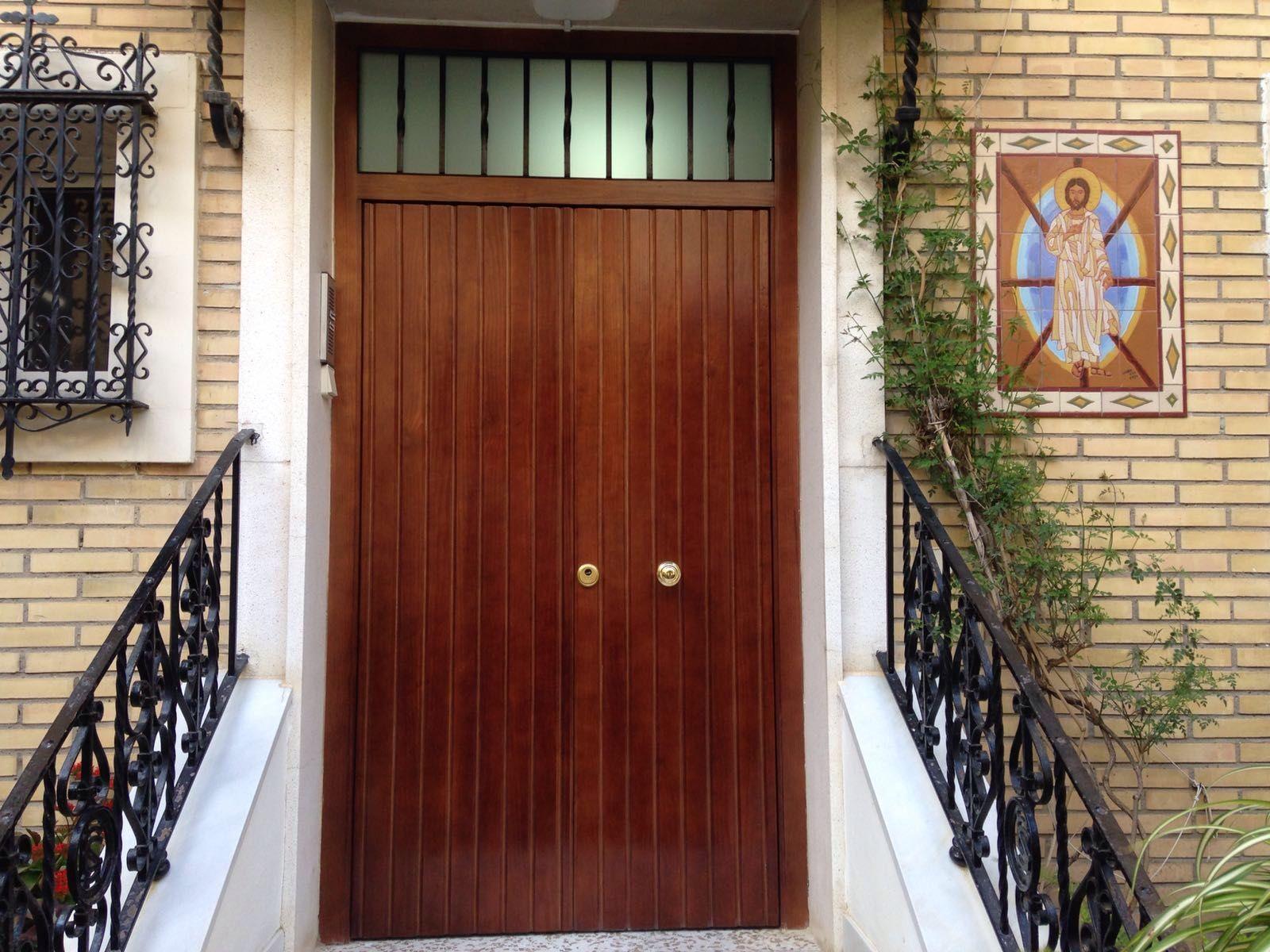 Puerta Blindada de exterior en 2 hojas, realizada en madera de pino ...