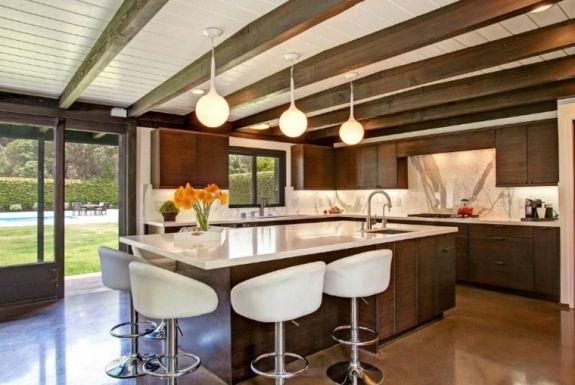 Image de cuisine en bois sombre avec plan de travail blanc ...