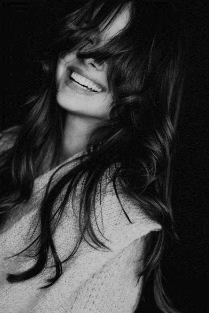 Картинки черно белые девушка улыбается