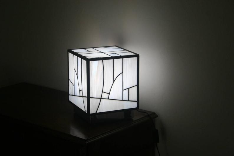 Lampe Tiffany Vitrail Tiffany Art Contemporain Lampe A Poser Le Kube Blanc In 2020 Lamp Stained Glass Light