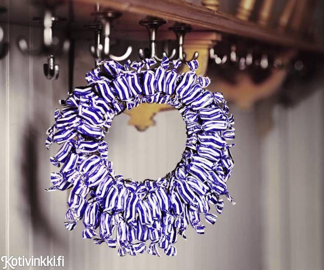 Tee itse joulukranssi karkeista. DIY candy wreath. Kuva/pic Martti Järvi. #wreath #christmasdecoratios #christmascrafts