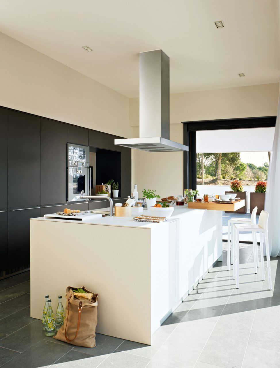 Una cocina con isla luminosa y familiar cocinas y ba os el mueble - El mueble cocinas y banos ...