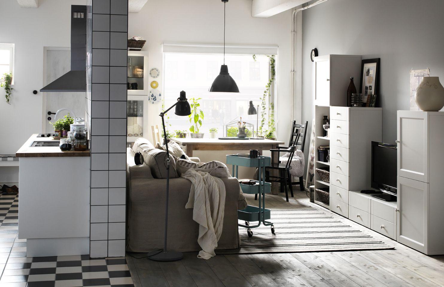 IKEA Österreich, Inspiration, Wohnzimmer, Regal BESTÅ, Plaid URSULA,  Wandschrank FAKTUM,