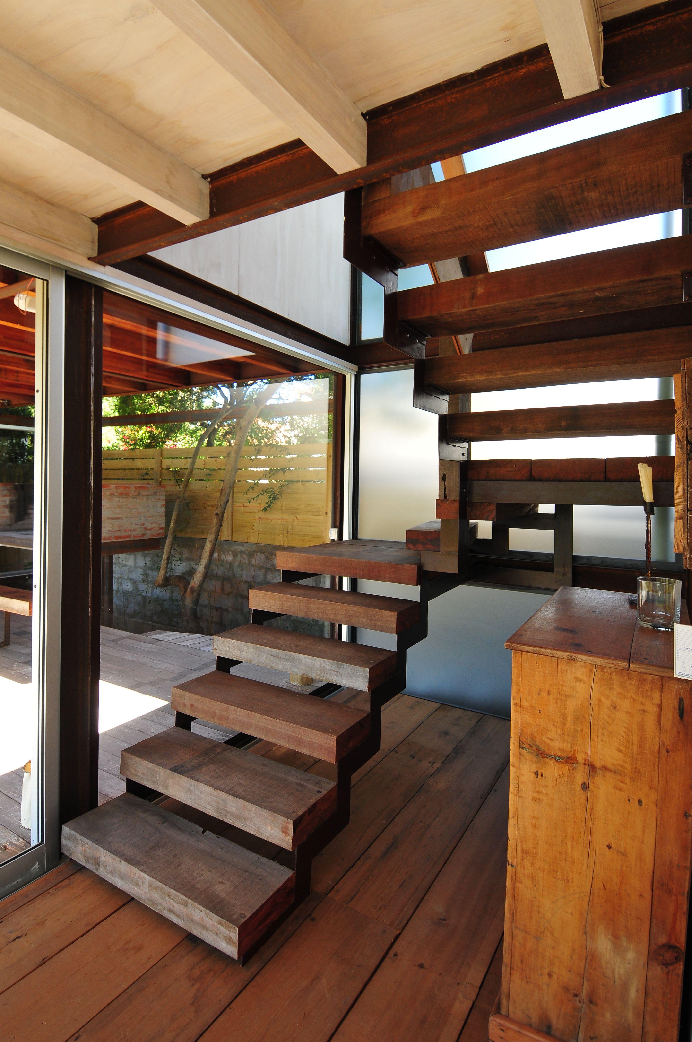 Escalera de madera y hierro casa en la barra las brisas - Escaleras de casas modernas ...