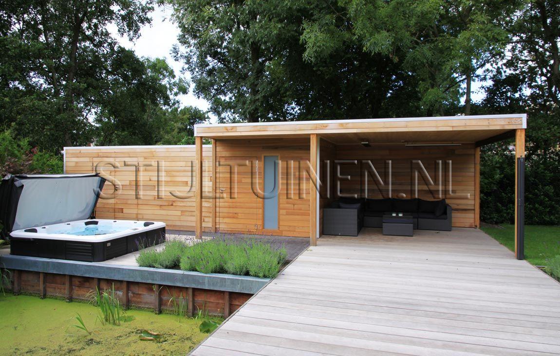 Wellness tuin met luxe terrasoverkapping met sauna en for Moderne tuin met jacuzzi
