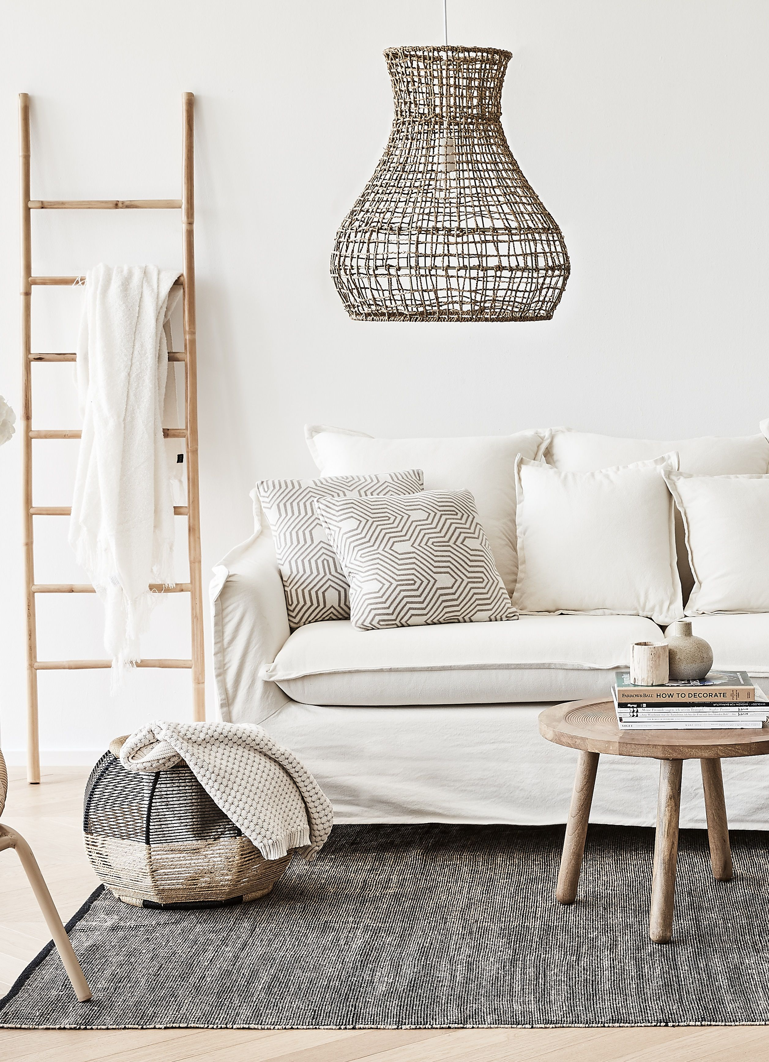 Superb Das Sofa in Creme bringt dieses Wohnzimmer zum Strahlen Akzente aus nat rlichem Holz Jute und Rattan sorgen f r Gem tlichkeit Super Eyecatcher die